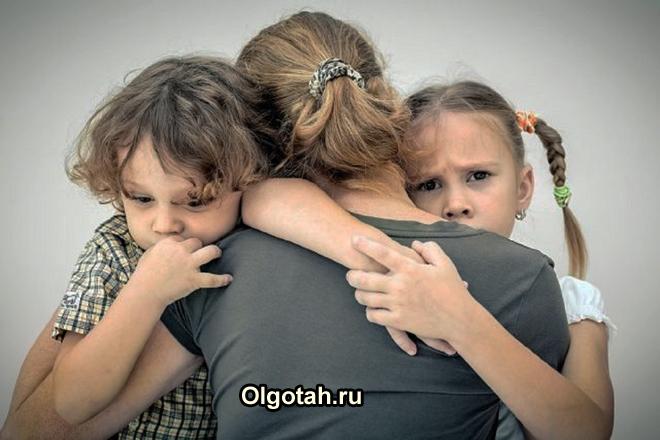 Дочь и сын обнимают маму