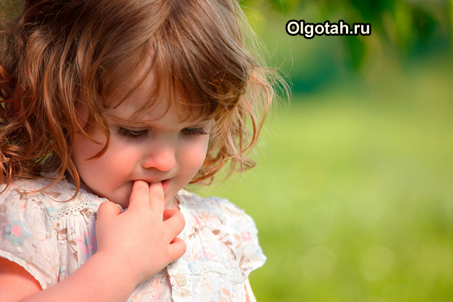 Грустная маленькая девочка