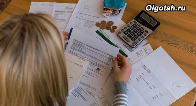 Девушка изучает документы