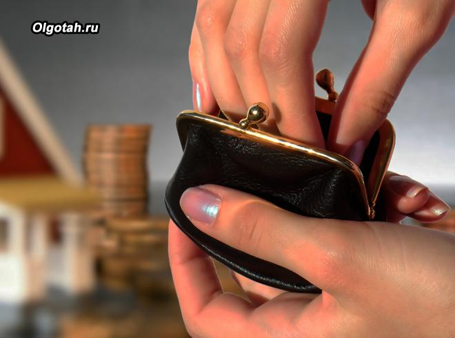 Девушка достает деньги из кошелек