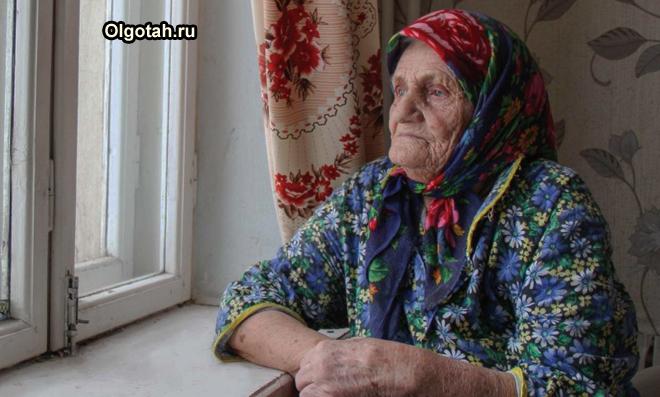 Бабушка смотрит в окно
