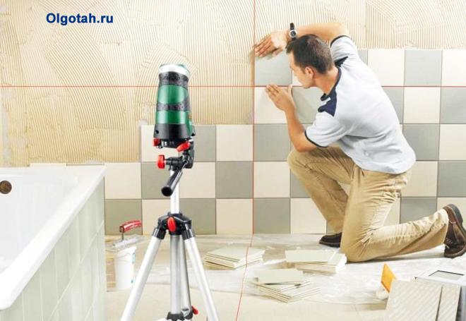 Мужчина выкладывает плитку в ванной комнате