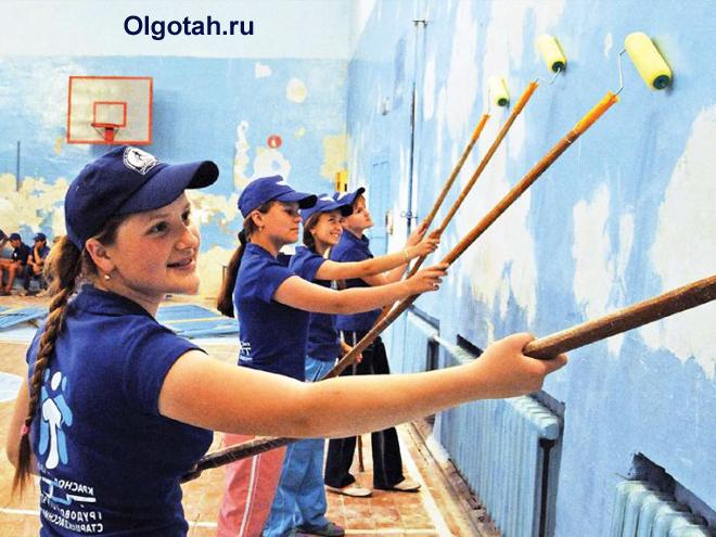 Дети красят стены