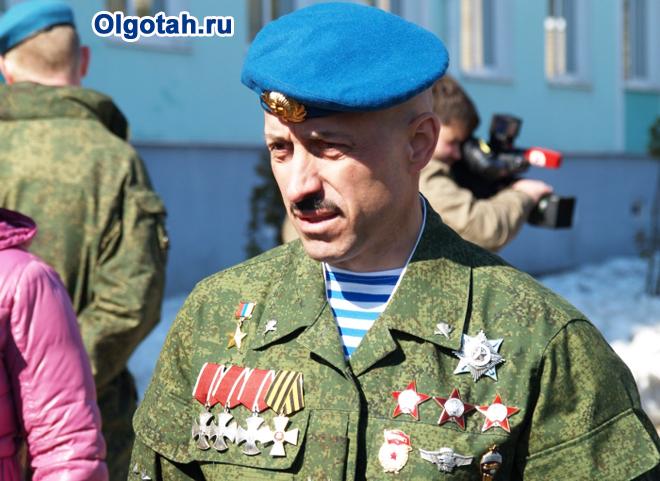Военнослужащий с орденами и медалями