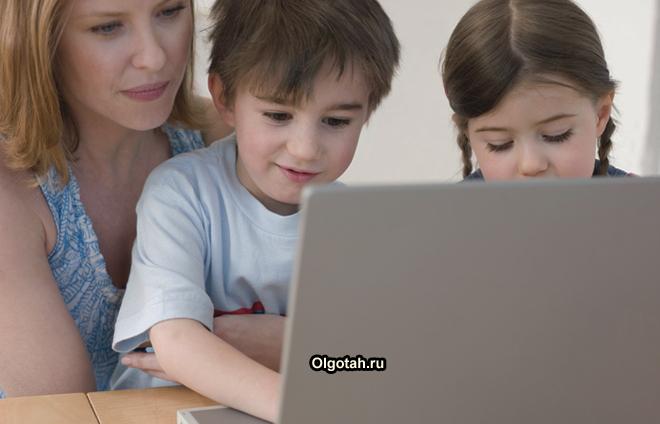Мама помогает детям разобраться в компьютере