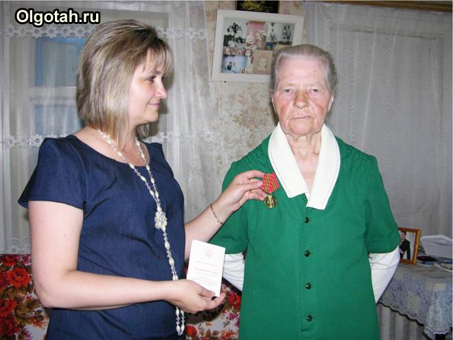Социальный работник навещает пенсионерку