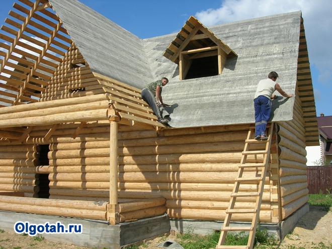 Рабочие строят частный дом