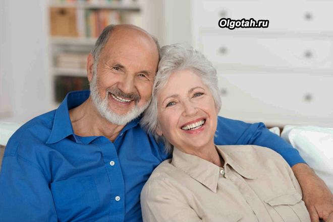 Счастливая пара пенсионеров