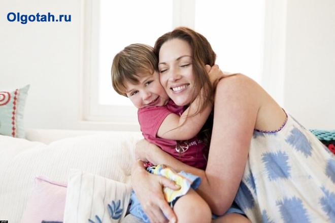 Мама обнимает своего сына