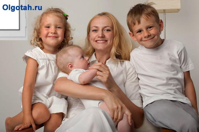 Счастливая мама с тремя детьми дома