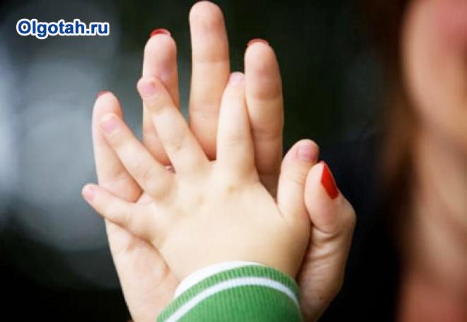 Детская и женская руки