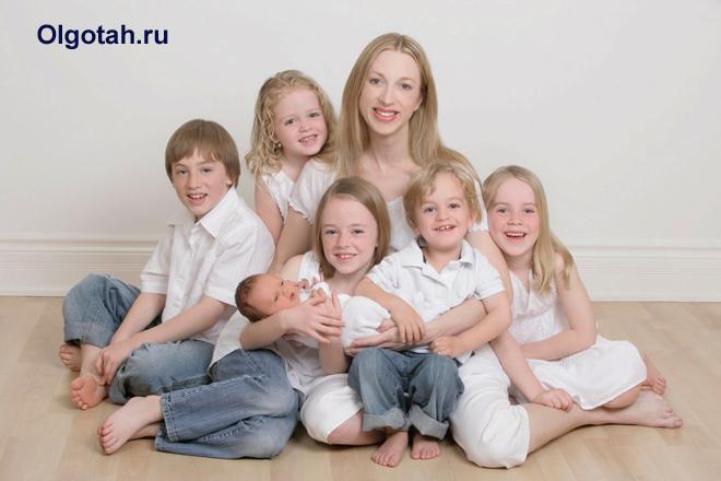 Счастливая многодетная мама с детьми