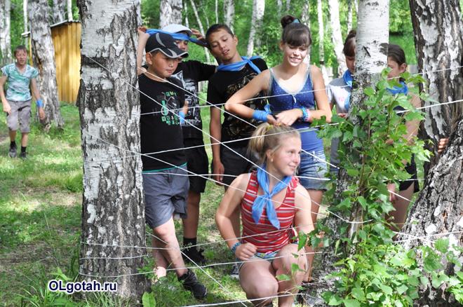 Дети проходят полосу препятствий в лагере