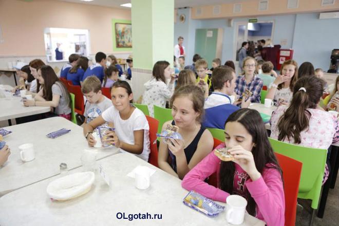 Дети кушают в столовой