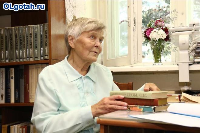 Одинокая задумчивая пенсионерка с книгами