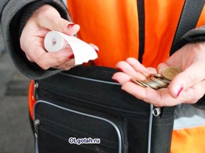 Кондуктор собирает деньги за проезд
