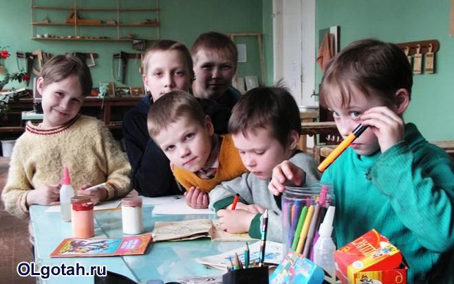 Дети на уроке рисования