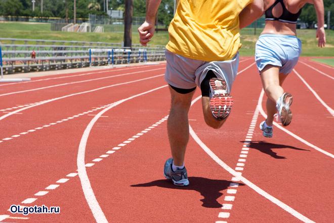 Легкоатлеты бегут эстафету
