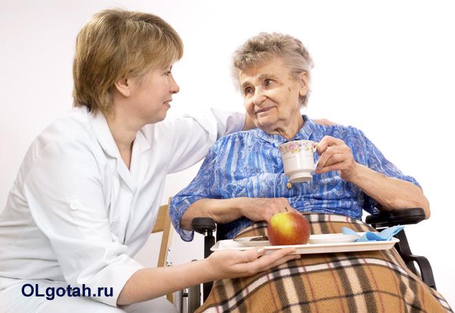 Пожилую женщину навестил врач