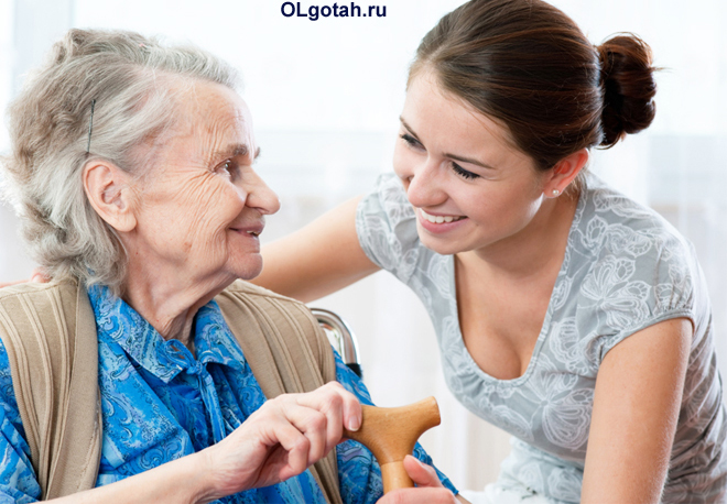 Внучка ухаживает за бабушкой