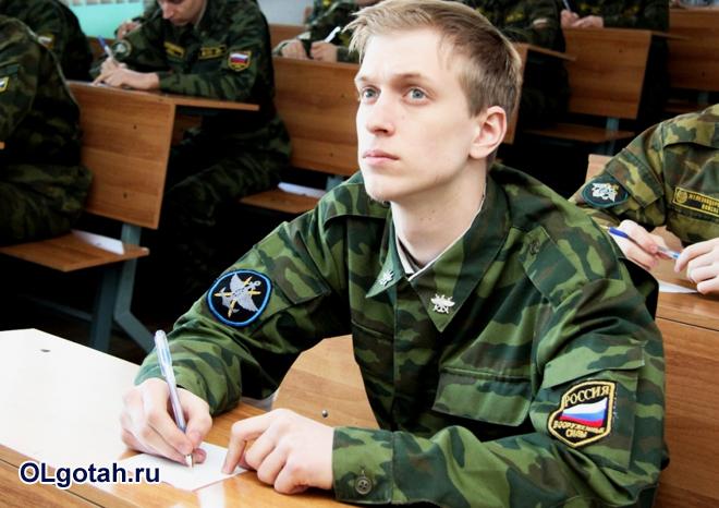 Военнослужащий сдает экзамен