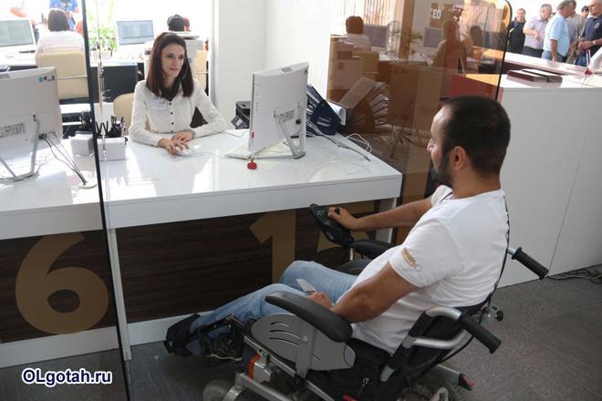 Мужчина-инвалид в банке на приеме