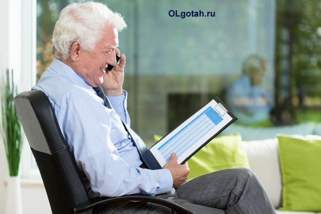 Песионер делает рабочий звонок по телефону