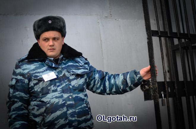 Сотрудник ФСИН закрывает дверь камеры