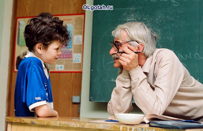 Ученик задает вопрос учителю после урока