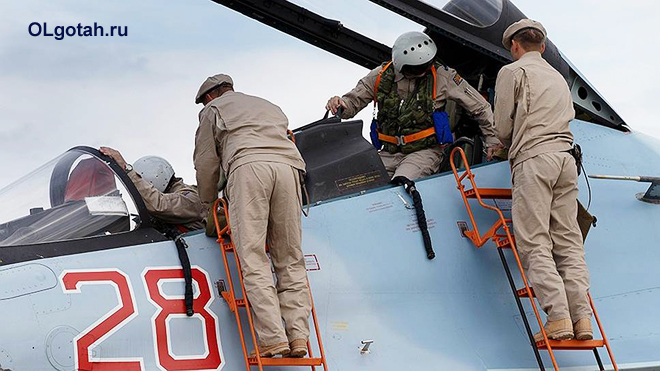 Пилоты истребителя готовятся к вылету
