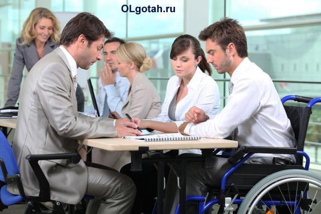 Офисные работники за работой