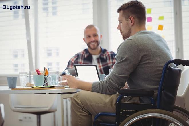 Инвалид в инвалидном кресле общается с другом