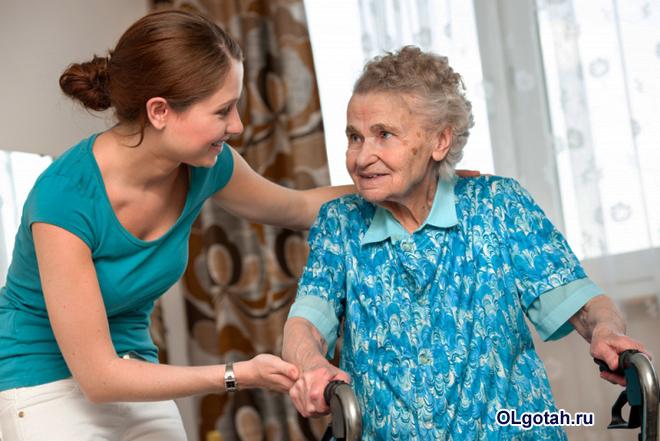 Девушка ухаживает за пожилой женщиной