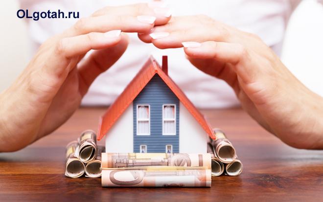 Макет частного дома обложен со сторон денежными купюрами