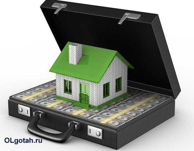 Игрушечный домик стоит в кейсе с деньгами