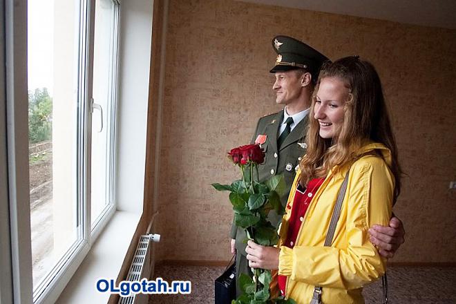 Военнослужащий со своей женой в новой квартире