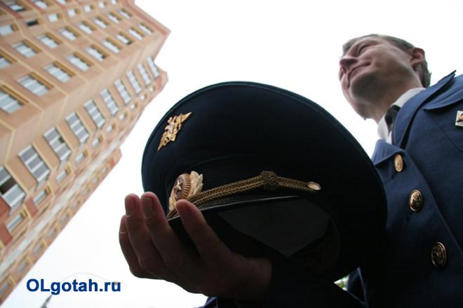 Военнослужащий смотрит на многоэтажку