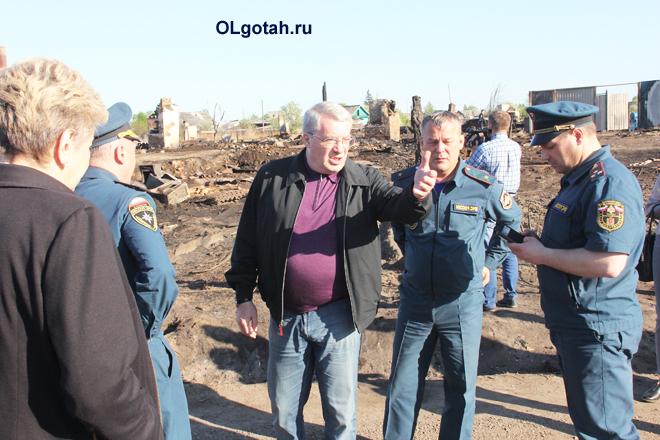 Сотрудники МЧС на пепелище после пожара