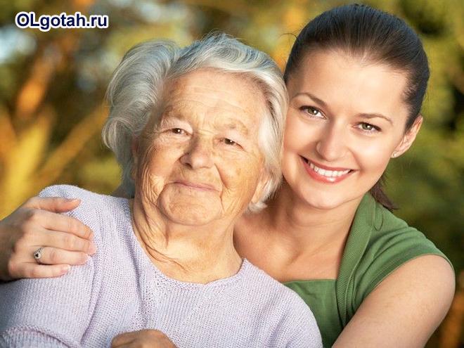 Пожилая женщина и девушка