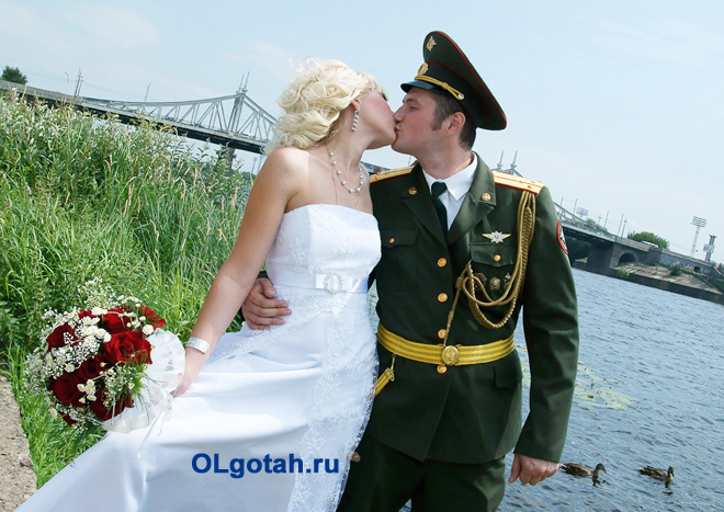 Невеста и жених в военной форме