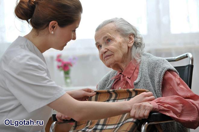 Медсестра помогает пожилой женщине