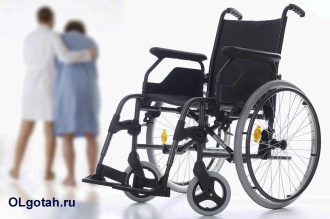 Инвалидное кресло, на заднем фоне медсестра помогает женщине