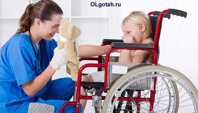 Медсестра играет с ребенком-инвалидом