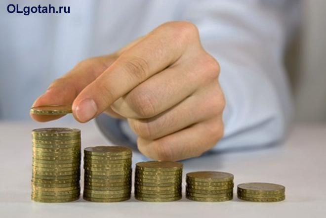 Бизнесмен пересчитывает монеты
