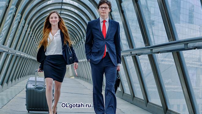 Офисные работники идут по коридору