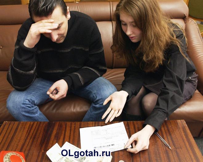 Семейная пара разбирается в документах