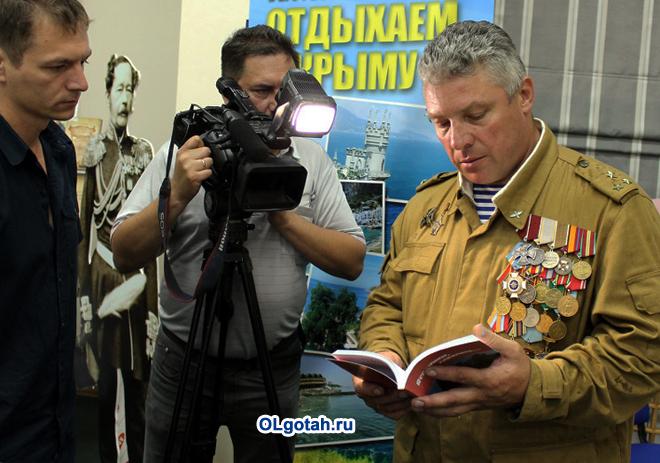 Съемочная группа делает репортаж о ветеране боевых действий