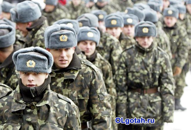 Военные идут строевым шагом