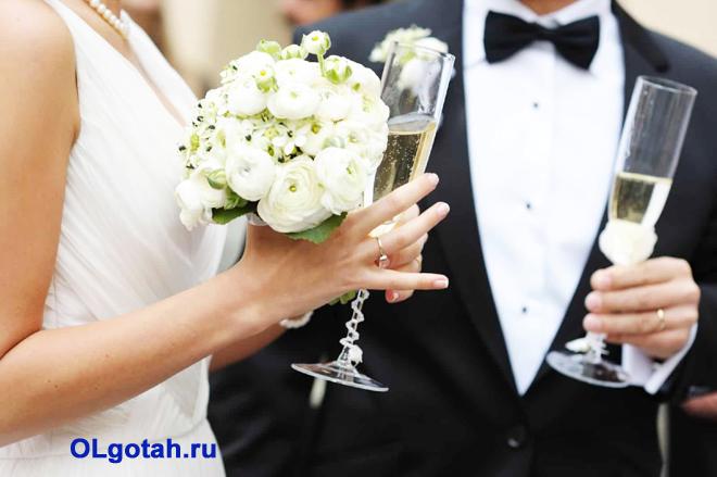 Жених и невеста пьют шампанское